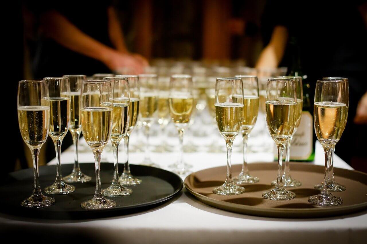 Plateaux de coupes de champagne